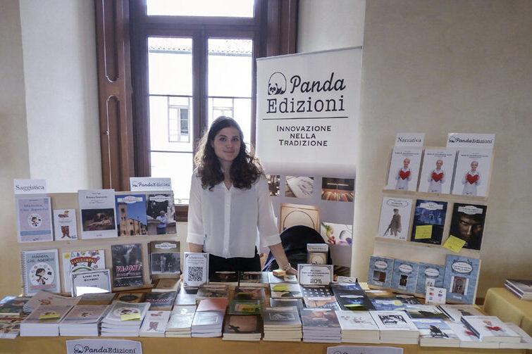 Elena Volpato (traduttrice tedesco-italiano e inglese-italiano) allo stand Panda edizioni