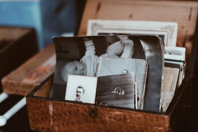 Foto antiche dentro un cofanetto come immagine articolo sul romanzo storico