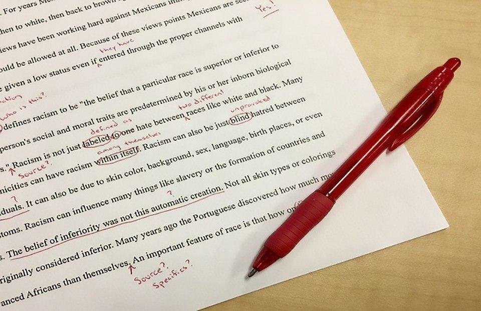 Papier mit rote Stift als Symbol für Sprachdienstleistungen ins Italienische und Editing.